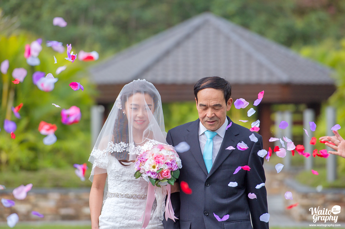 photographer took the great moment in a lawn wedding in grand hyatt shatin