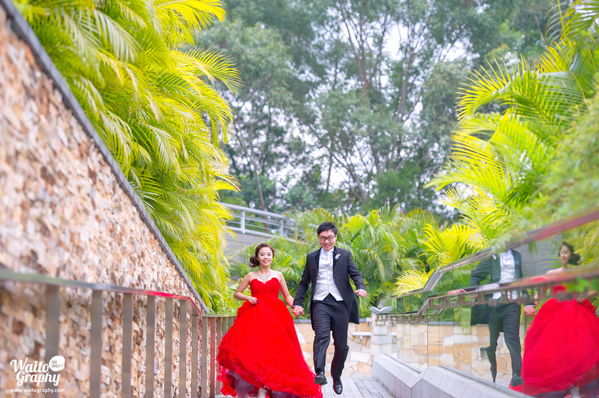 let's run. The hk wedding photographer told the couples