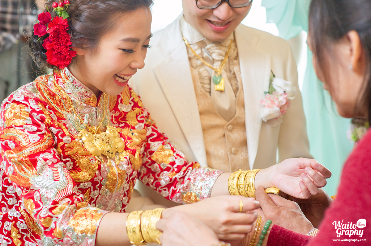 bride and groom in a hk wedding tea ceremony