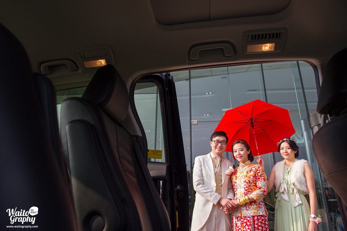 we are ready to go and hk photographer captured this special wedding moment
