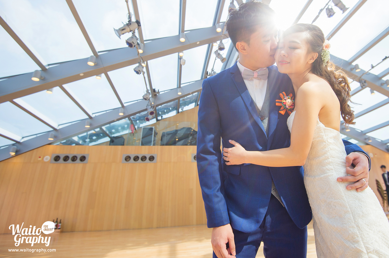 Kissing under the sunshine. This sweet couples just had a wedding at hk bethanie 伯大尼. Photo taken by wedding photographer waitography