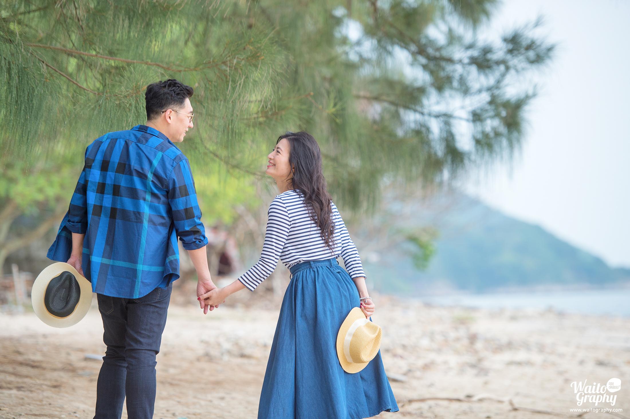 一對已訂婚的香港情侶正在香港海灘拍攝結婚照片