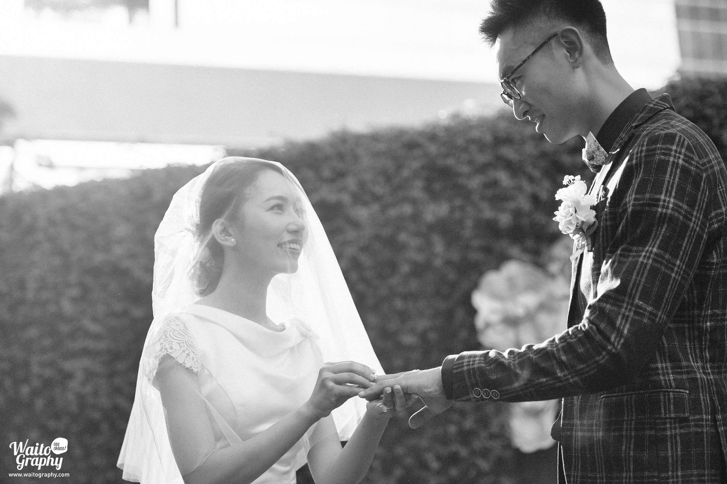Hong Kong wedding photographer caputuring the touching moment of bride and groom exchanging rings in the wedding at the lawn of zero carbon building HK