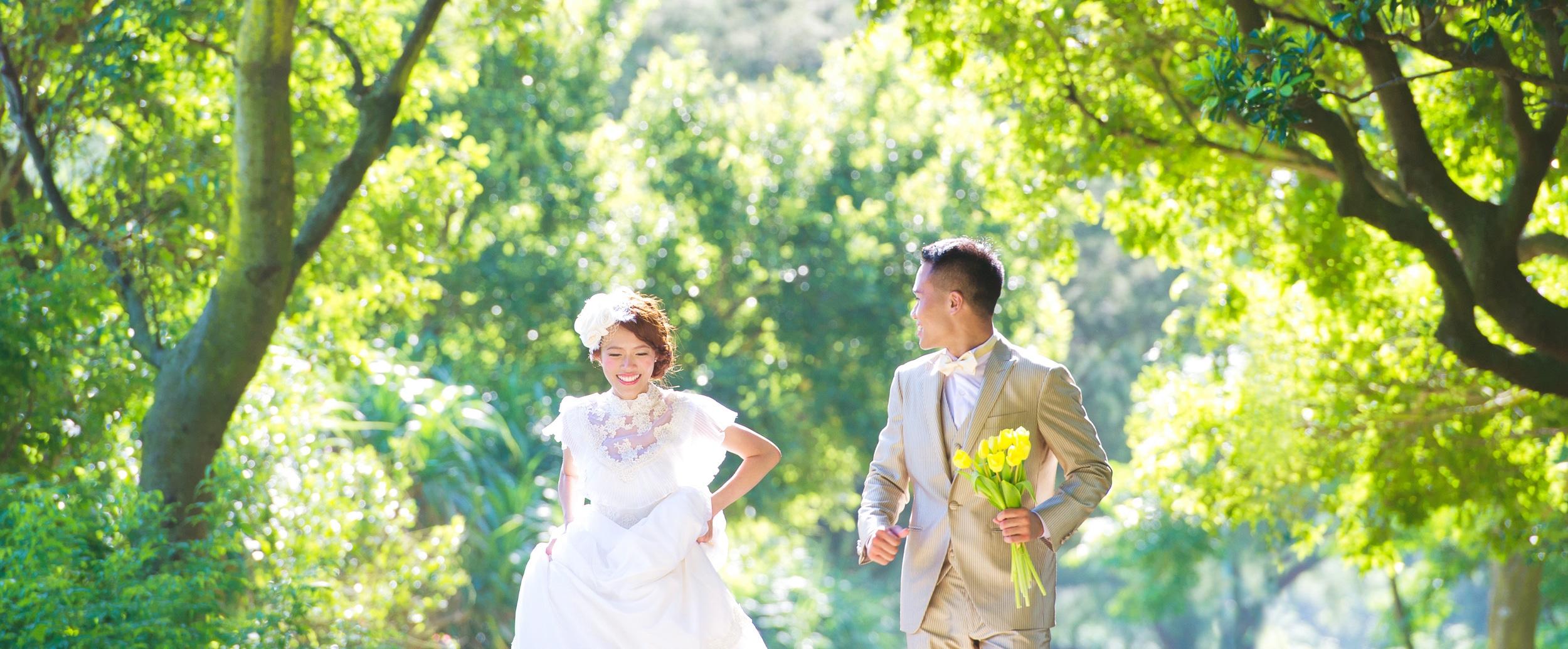 bride and groom hving a happy hk prewedding shooting